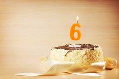 Torta de cumpleaños con la vela ardiente como número seis Foto de archivo libre de regalías