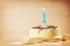 Torta de cumpleaños con la vela ardiente como número uno Fotografía de archivo libre de regalías