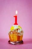 Torta de cumpleaños con la vela ardiente como número uno Fotos de archivo