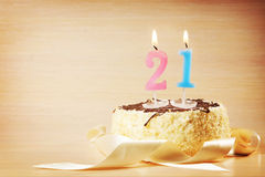 Torta de cumpleaños con la vela ardiente como número veinte uno Foto de archivo