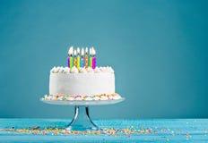 Torta de cumpleaños con las velas Fotografía de archivo