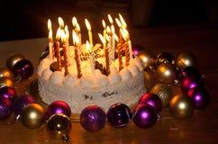 Torta de cumpleaños con las velas ardientes Imagenes de archivo
