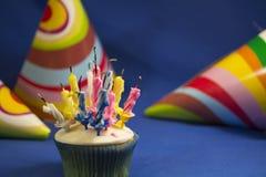 Torta de cumpleaños con las velas después de la fiesta de cumpleaños Foto de archivo