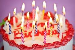 Torta de cumpleaños con las velas encendidas Foto de archivo libre de regalías