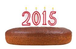Torta de cumpleaños con las velas número 2015 aislada Foto de archivo libre de regalías