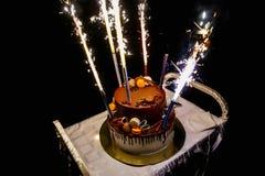 Torta de cumpleaños con los fuegos artificiales Fotos de archivo