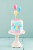 Torta de cumpleaños con los globos Imagen de archivo libre de regalías