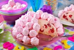 Torta de cumpleaños con los merengues y las frambuesas rosados Fotos de archivo libres de regalías