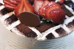 Torta de cumpleaños con Straberries Fotografía de archivo libre de regalías