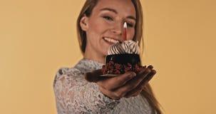 Torta de cumpleaños con una vela almacen de video