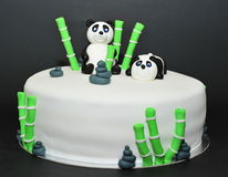 Torta de cumpleaños de la pasta de azúcar de los osos de panda Fotos de archivo