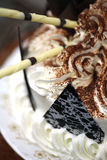 Torta de cumpleaños de lujo que es adornada Imagen de archivo libre de regalías