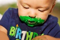 Torta de cumpleaños del muchacho que desgasta Foto de archivo libre de regalías
