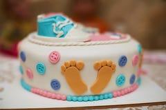 Torta de cumpleaños deliciosa en la tabla Fotos de archivo
