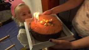 Torta de cumpleaños divertida de la niña Candels que sopla 4K UltraHD, UHD almacen de metraje de vídeo