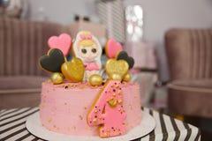 Torta de cumpleaños durante 4 años adornada con los corazones del pan de jengibre con la formación de hielo y el número cuatro imágenes de archivo libres de regalías
