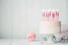 Torta de cumpleaños en colores pastel fotos de archivo