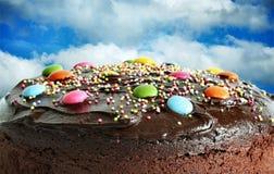 Torta de cumpleaños en el cielo Foto de archivo libre de regalías