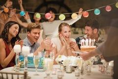 Torta de cumpleaños en un partido Imagen de archivo