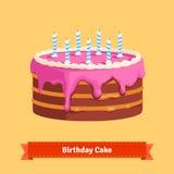 Torta de cumpleaños hecha en casa con helar rosado Imagen de archivo libre de regalías
