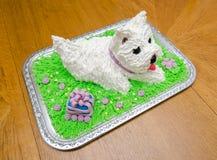 Torta de cumpleaños hermosa en la forma del terrier de Yorkshire blanco Imagenes de archivo
