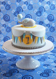 Torta de cumpleaños linda para un niño Fotos de archivo