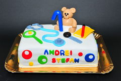 Torta de cumpleaños maravillosamente hecha a mano de la pasta de azúcar para los niños de un año Foto de archivo libre de regalías