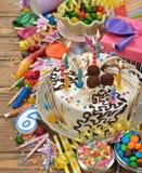 Torta de cumpleaños y diversos accesorios Fotos de archivo