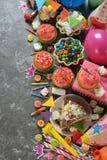 Torta de cumpleaños y diversos accesorios Fotografía de archivo