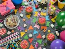 Torta de cumpleaños y diversos accesorios Foto de archivo