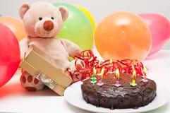 Torta de cumpleaños y oso de peluche Imágenes de archivo libres de regalías