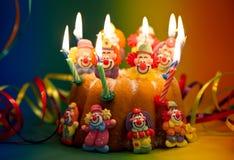 Torta de cumpleaños con la decoración del payaso del azúcar Foto de archivo libre de regalías
