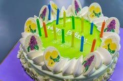 Torta de cumpleaños encendida con las velas Foto de archivo