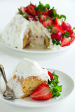 Torta de esponja Angel Food con las fresas Foto de archivo libre de regalías
