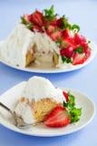 Torta de esponja Angel Food con las fresas Imágenes de archivo libres de regalías