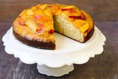Torta de esponja con crema batida del melocotón Foto de archivo