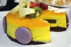 Torta de esponja con crema batida del melocotón Fotografía de archivo libre de regalías