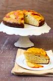 Torta de esponja con crema batida del melocotón en el top Fotos de archivo libres de regalías