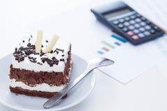 Torta de esponja con el chocolate en el escritorio Imagenes de archivo