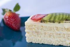 Torta de esponja con las frutas Fotografía de archivo