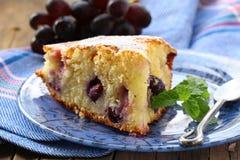 Torta de esponja con las uvas rojas Fotografía de archivo libre de regalías