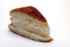 Torta de esponja con requesón en el fondo blanco Foto de archivo libre de regalías