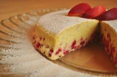Torta de esponja de la fruta en una placa de la porción Imagen de archivo