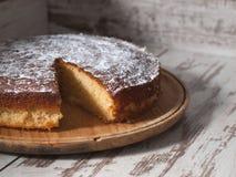 Torta de esponja del limón sobre fondo de madera Imagenes de archivo