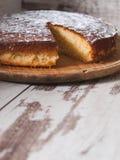 Torta de esponja del limón sobre fondo de madera Foto de archivo libre de regalías