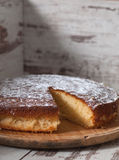 Torta de esponja del limón sobre fondo de madera Imagen de archivo libre de regalías
