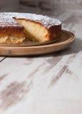 Torta de esponja del limón sobre fondo de madera Imagen de archivo