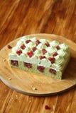 Torta de esponja del pistacho con helar del relleno y del pistacho de la fresa salvaje Fotografía de archivo
