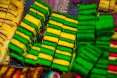 Torta de esponja dulce de los colores mezclados tradicionales Un postre inusual y delicioso Borneo, Sarawak, Malasia Imagen de archivo
