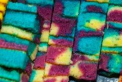 Torta de esponja dulce de los colores mezclados tradicionales Un postre inusual y delicioso Borneo, Sarawak, Malasia Fotos de archivo